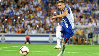 Héctor Herrera remata en un duelo con el Porto