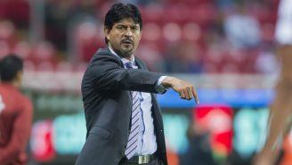 Cardozo da indicaciones a sus jugadores en duelo de las Chivas