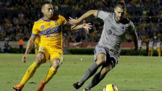 Edu Vargas y Nicolás Sánchez disputan el esférico en Clásico Regio