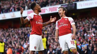 Aubameyang y Monreal celebran un gol con el Arsenal