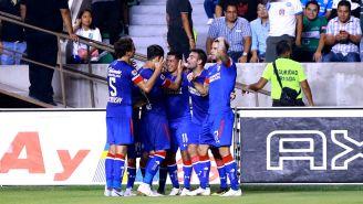 Cruz azul festeja gol de Elías Hernández