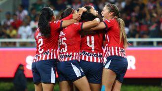 Jugadoras de Chivas celebran un gol