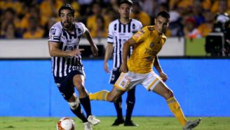 Rodolfo Pizarro conduce la pelota en Clásico Regio