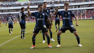 Festejo de Sanvezzo tras su gol a Dorados