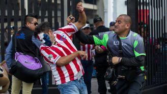 Elemento de seguridad agrede a un aficionado de Chivas