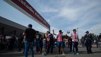 Seguidores de Chivas pasan por uno de los filtros de seguridad