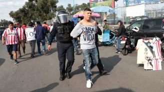 Elementos de Seguridad Pública detienen a aficionados fuera del Azteca