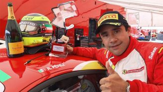 Ricardo Pérez de Lara festeja después de ganar una carrera
