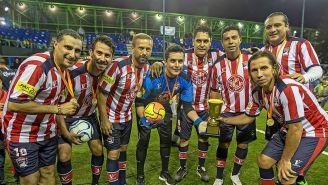 Leyendas de Chivas sostienen el trofeo
