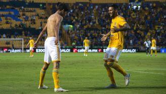 Jürgen Damm e Ismael Sosa festejan gol contra Puebla