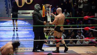 Rayo de Jalisco Jr. entrega el trofeo a Elgin