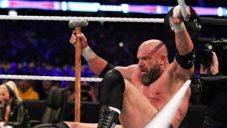 Triple H sostiene el mazo durante el combate contra Undertaker