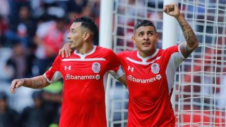 Rubens Sambueza y Ernesto Vega festejan un gol