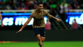 Felipe Mora festeja su gol contra Chivas