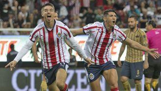Jugadores de Chivas celebran un gol contra Pumas en el A2018