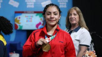 Yesica Hernández posa con su medalla de oro en los JOJ