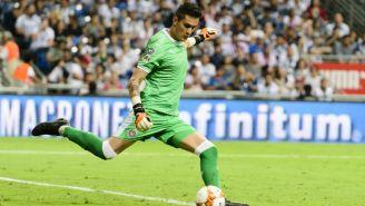 Gudiño realiza despeje en partido vs Rayados de Monterrey