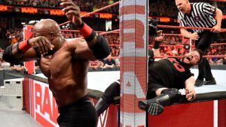 Momento en que Bobby Lashley golpea a Owens
