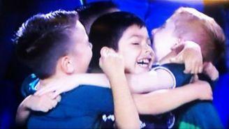 Niños aficionados del Tri se abrazan luego del gol de Raúl Jiménez