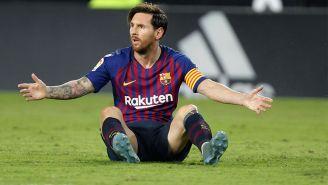 Messi reclama una acción en un encuentro con el Barcelona