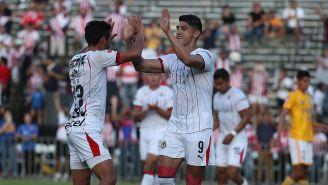 Alan Pulido celebra una anotación de Chivas frente a Tigres