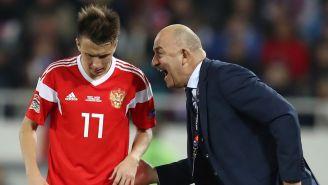 Cherchésov da instrucciones a un jugador en un juego de Rusia