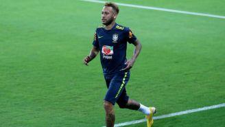 Neymar corre en un entrenamiento de la selección de Brasil