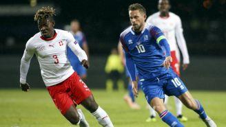 Jugadores de Suiza e Islandia disputan un balón