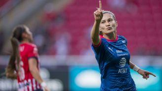 Mónica Monsiváis celebra luego de marcar gol ante Chivas