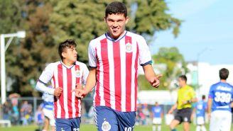 Chevy Martínez celebra un gol con Chivas