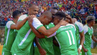 Jugadores de Madagascar celebran gol que dio pase a Copa África