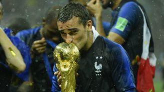 Griezmann besa la Copa del Mundo tras ganarla en Rusia 2018