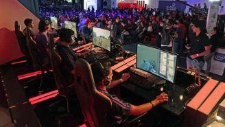 Jugadores, compitiendo durante un torneo de esports