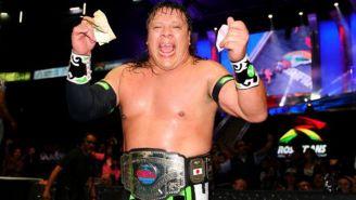 Último Guerrero posa con el título del CMLL