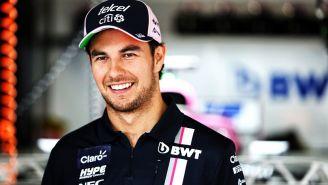 Checo Pérez sonríe en el box de Force India