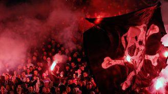 Con bengalas y banderas viven los ultras del PSG los juegos de Champions