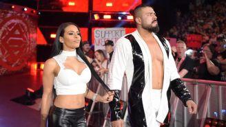 Andarde 'Cien' Almas (der) y Zelina Vega hacen su entrada al ring