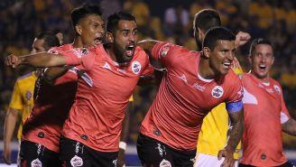 Maza festeja su gol con Lobos