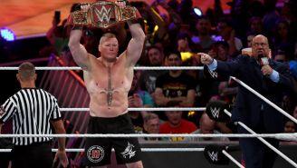 Brock Lesnar presume el campeonato Universal