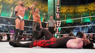 Triple H y Shawn Michaels festejan en el ring