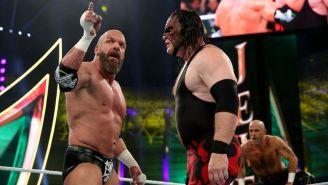 Triple H (izq) encara a Kane (der) en Crown Jewel