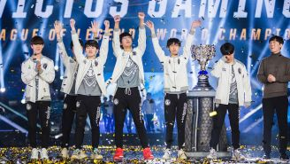 Jugadores de Invictus Gaming festejan tras coronarse