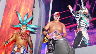 Sansón (centro) con el campeonato Rey del Inframundo