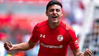 Alexis Vega festeja un gol con Toluca