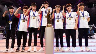 Los jugadores de Corea, posando con la copa mundial