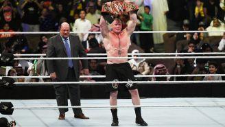 Brock Lesnar levanta el campeonato Universal de la WWE