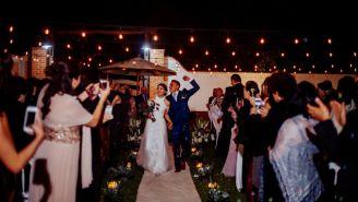 Germán y Lizeth bailan caminan felices por el altar matrimonial