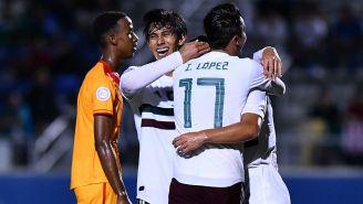 Jugadores de México festejan uno de los goles