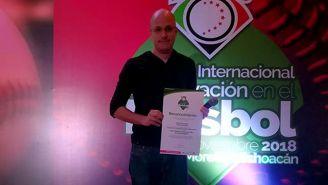 Raúl Fernández muestra su reconocimiento por participar en el Congreso Internacional de Innovación en el Beisbol