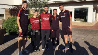 Finn Bálor y Alexa Bliss posan con jugadores de Roma